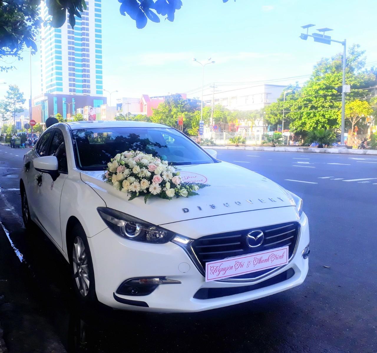 Xe Cô dâu Mazda3 trang trí hoa tươi